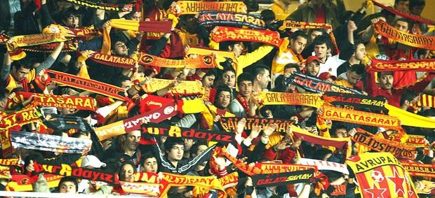 torcida do Galatasaray na partida (Foto: AFP)