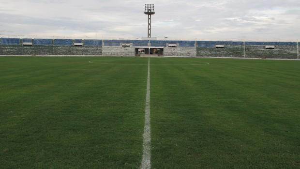Gramado do estádio Amigão, em Campina Grande (Foto: Marcelo Prado / GLOBOESPORTE.COM)