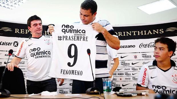 Ronaldo ganha camisa na despedida do Corinthians (Foto: Marcos Ribolli / GLOBOESPORTE.COM)