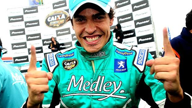 Marcos Gomes comemora a pole position na stock car (Foto: Duda Bairros / Stock Car)