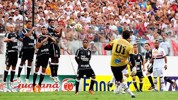 Rogério Ceni cobra falta do gol 100 (Foto: Marcos Ribolli / GLOBOESPORTE.COM)