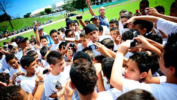 Neymar escolinha Santos (Foto: Marcos Ribolli / Globoesporte.com)