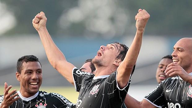 Paulo André gol Corinthians (Foto: Ag. Estado)