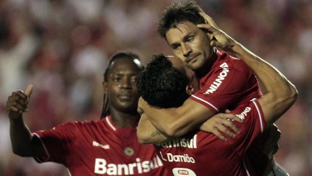 Sobis e Damião garantem a liderança (EFE)