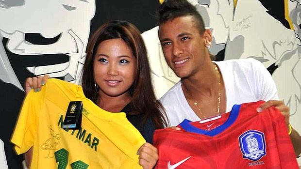Neymar durante entrevista para a imprensa internacional (Foto: Ricardo Saibun / Site Oficial do Santos)