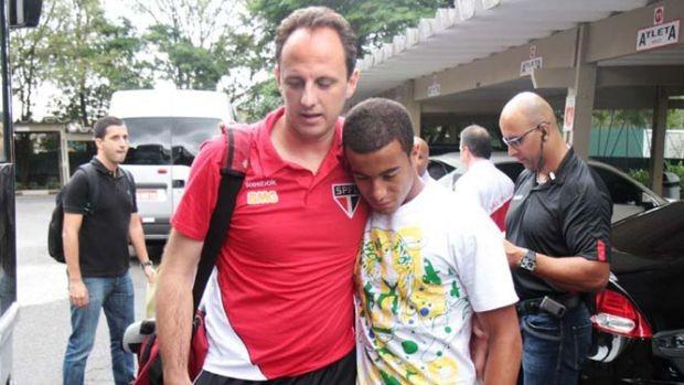Lucas com Rogério Ceni, do São Paulo (Foto: Rubens Chiri / São Paulo FC)