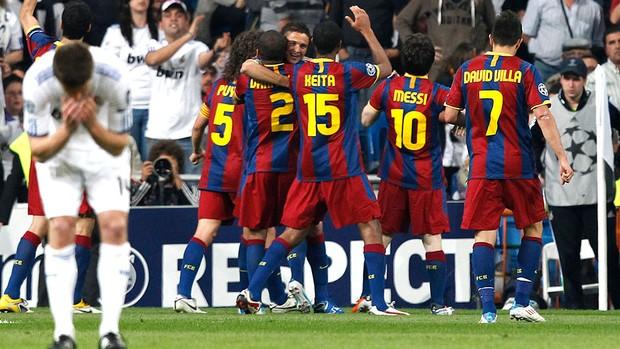 jogadores do Barcelona comemoram vitória sobre o Real Madrid (Foto: EFE)