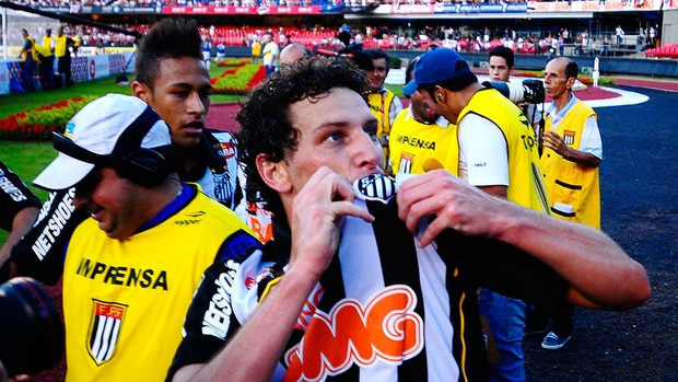 Após gol, Elano sente dores e vira dúvida contra América (Marcos Ribolli / GLOBOESPORTE.COM)