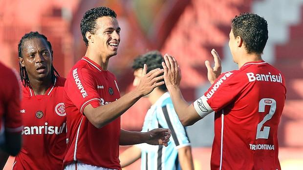 Leandro Damião comemora gol do Internacional contra o Grêmio (Foto: Jefferson Bernardes / VIPCOMM)