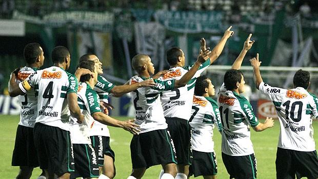 jogadores do Coritiba comemoram gol sobre o Palmeiras (Foto: Geraldo Bubnak / Ag. Estado)