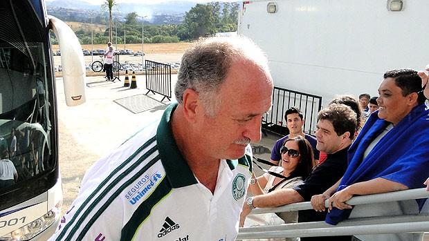 Felipão reclama de Adriano: 'Meu limite está esgotado' (Rodrigo Fuscaldi / GLOBOESPORTE.COM)