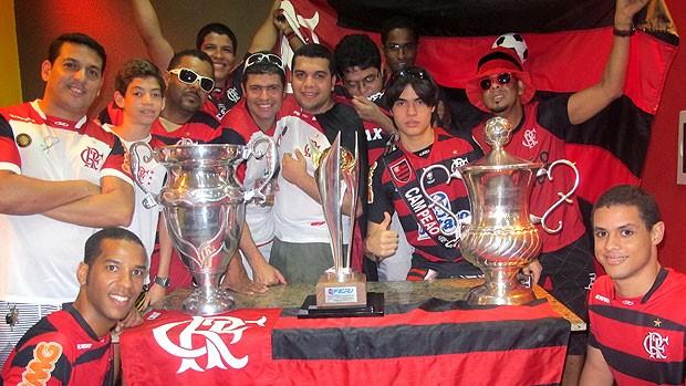 torcida do Flamengo nas embaixadas com taças (Foto: Richard Souza / GLOBOESPORTE.COM)