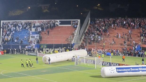 conflito entre as torcidas de Santos e CerroJ (Foto: Julyana Travaglia / Globoesporte.com)