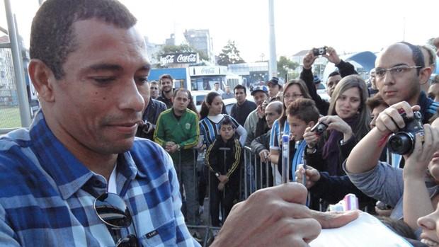 Gilberto Silva com torcedores do Grêmio (Foto: Eduardo Cecconi/Globoesporte.com)