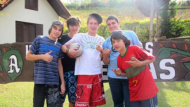 meninos de Extrema-MG a espera do Corinthians (Foto: Carlos Augusto Ferrari / GLOBOESPORTE.COM)