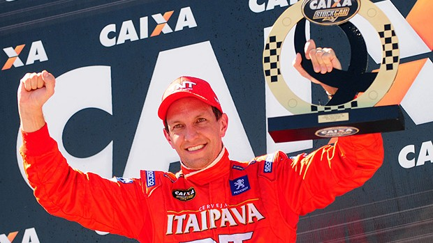 Stock Car: Luciano Burti comemora com o troféu (Foto: Duda Bairros / Stock Car)