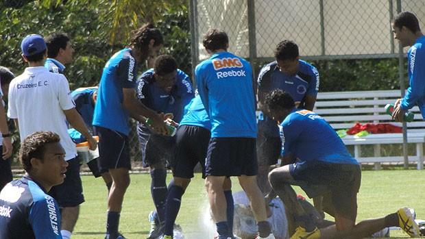 Cuca leva ovada no treino do Cruzeiro (Foto: Lucas Catta Prêta / GLOBOESPORTE.COM)