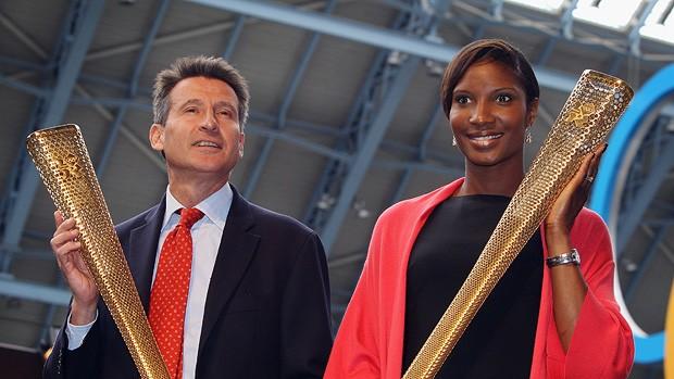 sebatian coe e denise lewis tocha olimpíadas londres 2012 (Foto: agência Getty Images)