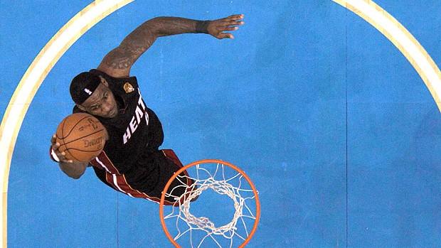 LeBron James na partida final do Miami Heat contra o Dallas (Foto: Reuters)