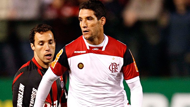 Thiago Neves é recepcionado por oficial de Justiça na Arena