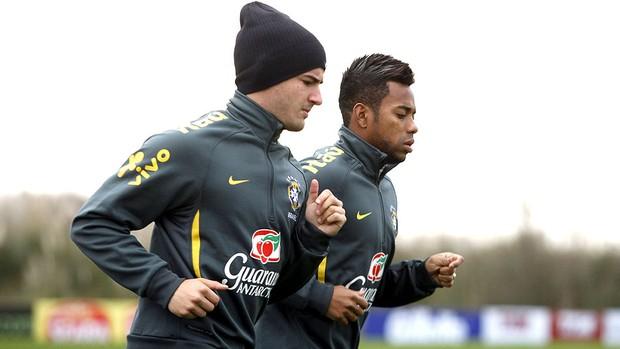Pato e Robinho no treino da Seleção (Foto: EFE)