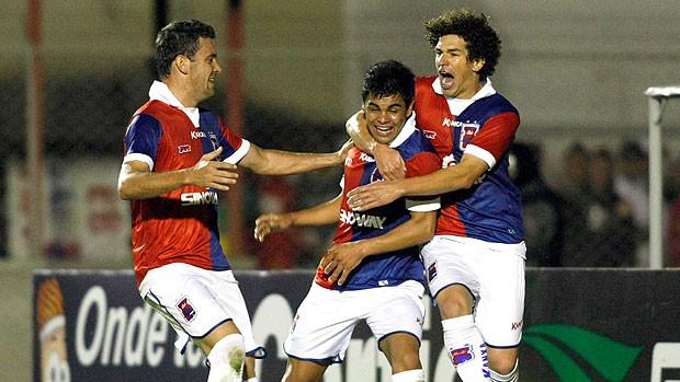 Lima comemora gol do Paraná contra o Icasa (Foto: Ag. Lance)