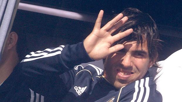 Tevez na chegada da Argentina para o treino (Foto: Reuters)
