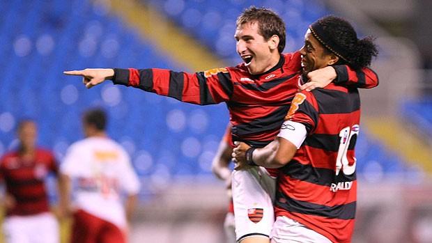Botinelli e Ronaldinho comemoram gol do Flamengo (Foto: Guilherme Pinto / Ag. O Globo)