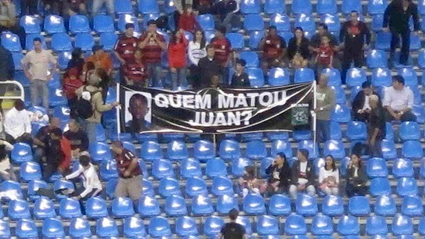 Torcida do Fla exibe faixa no Engenh&atilde;o: &lsquo;Quem matou Juan?&rsquo;