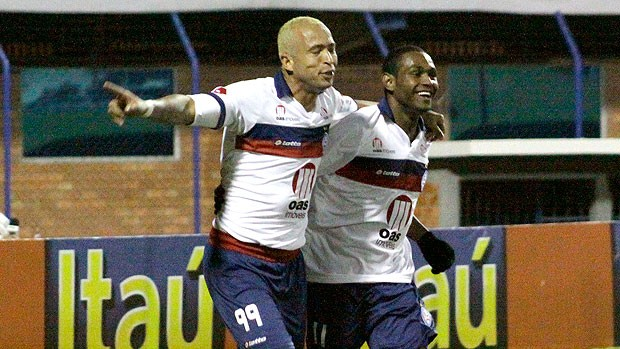 Junior e Jobson comemoram gol do Bahia (Foto: Ag. Estado)