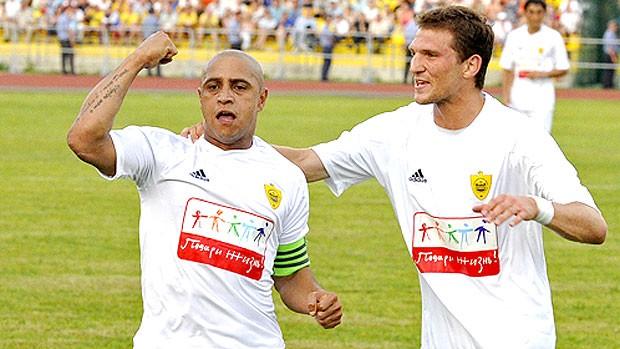 Roberto Carlos comemorando gol pelo Anzhi (Foto: Reprodução)