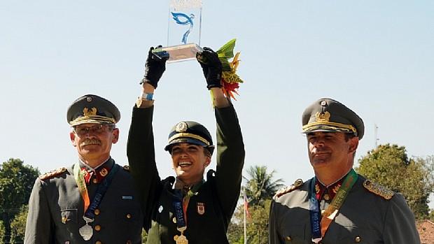 Luiza Almeida abre o sorriso e comemora a medalha de ouro  (Foto: Nina Lima / Divulgação)