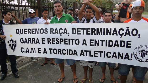 protesto TORCIDA DO ATLÉTICO-MG  IPATINGA (Foto: Marco Antônio Astoni/Globoesporte.com)