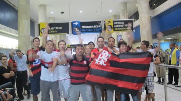 torcida Flamengo no aeroporto   (Foto: Janir Junior/Globoesporte.com)