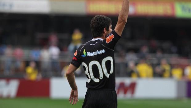 Juninho veste camisa em homenagem ao 300º jogo (Agência Estado)