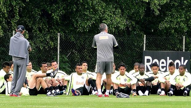 Dorival Junior conversa com os jogadores no treino do Atlético-MG (Foto: Marco Antônio Astoni / Globoesporte.com)