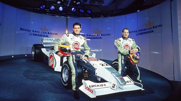 Jacques Villeneuve e Ricardo Zonta na apresentação do carro da BAR em 2001 (Foto: Getty Images)