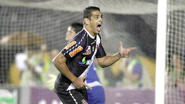 Diego Souza comemora gol do Vasco contra o Santos (Foto: Alexandre Cassiano / Ag. O Globo)