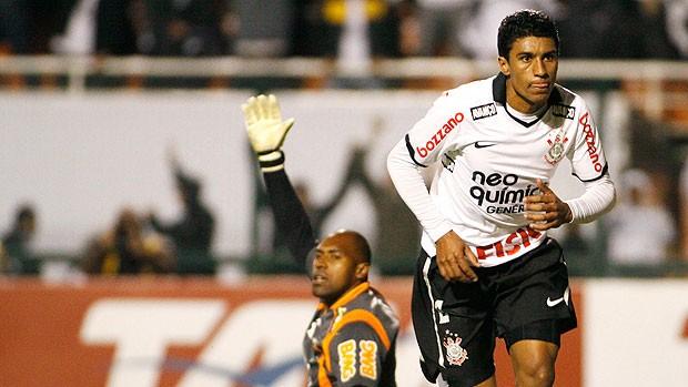Paulinho comemora gol do Corinthians contra o América-MG (Foto: Ag. Estado)