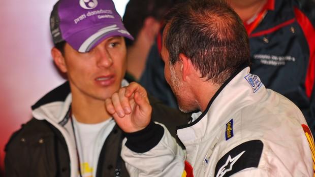 Villeneuve conversa com o companheiro de equipe, Ricardo Sperafico (Foto: Divulgação)