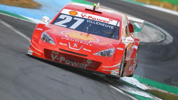 Villeneuve fica em duas rodas ao passar por cima da nova chicane (Foto: Carsten Horst)