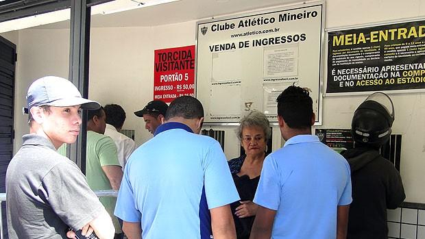 fila de torcedores para comprar ingressos do Atlético-MG (Foto: Lucas Catta Prêta / GLOBOESPORTE.COM)