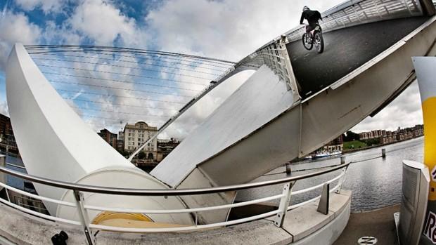 moto Julien Dupont ponte Inglaterra (Foto: Red Bull)