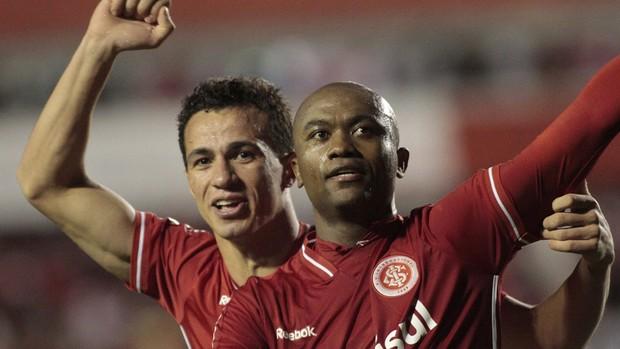 leandro damião e kleber comemoram gol do Internacional sobre o Independiente (Foto: EFE)