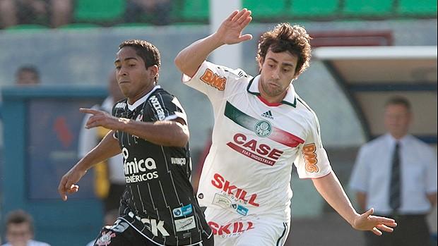 Valdivia bate-boca com rival durante e depois do jogo (Mario Ângelo / Agência Estado)