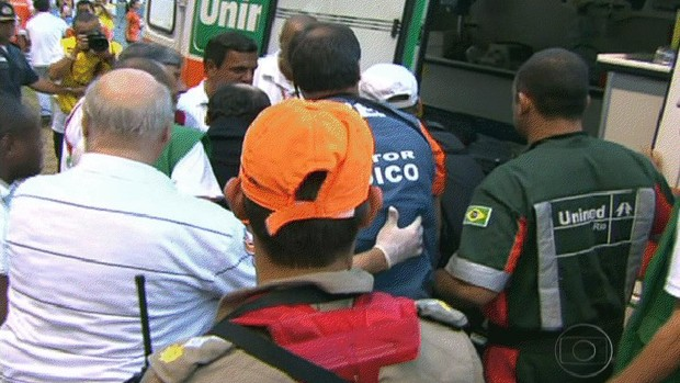 Ricardo Gomes sai de ambulância do Engenhão (Foto: Reprodução TV)