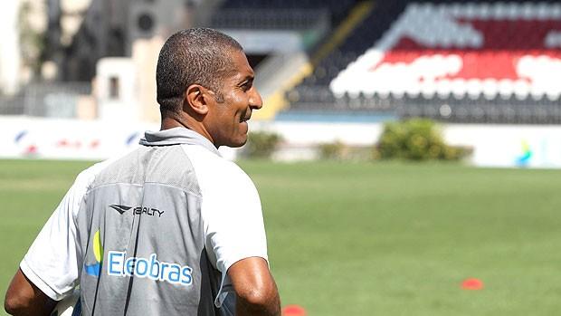 Cristovão, auxiliar de Ricardo Gomes, no treino do Vasco (Foto: Alexandre Cassiano / Agência O Globo)