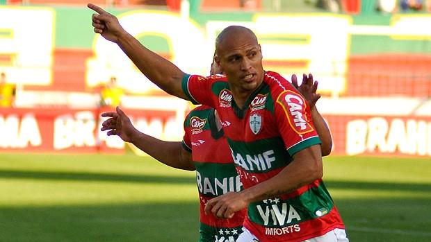 edno portuguesa gol paraná (Foto: Levi Bianco / Agência Estado)