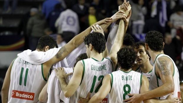 Jogadores do Brasil comemoram após vitória contra o Uruguai, Copa América de basquete (Foto: EFE)