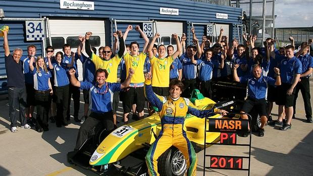 Felipe Nasr comemora o título da Fórmula 3 Inglesa em Rockingham (Foto: Divulgação/Fórmula 3 Inglesa)